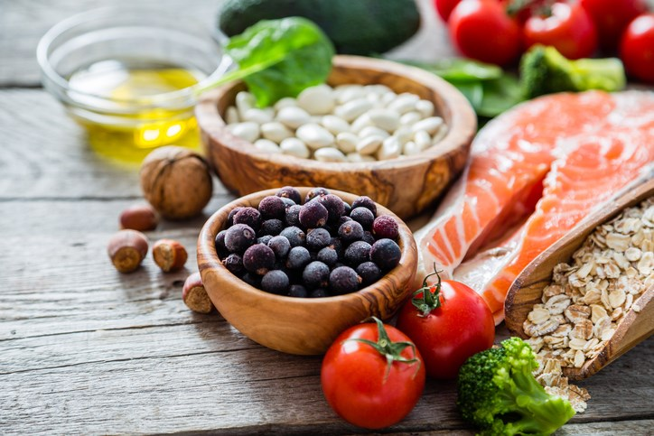 A heart-healthy diet that is rich in fruits, vegetables, whole grains, lean protein, and fatty fish can help reduce the risk of cardiovascular disease in SLE.